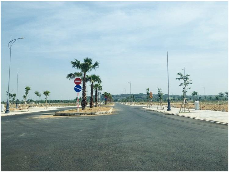 Đường nội khu rất rộng rãi trong dự án, hạ tầng sẵn sàng để cư dân về ơ